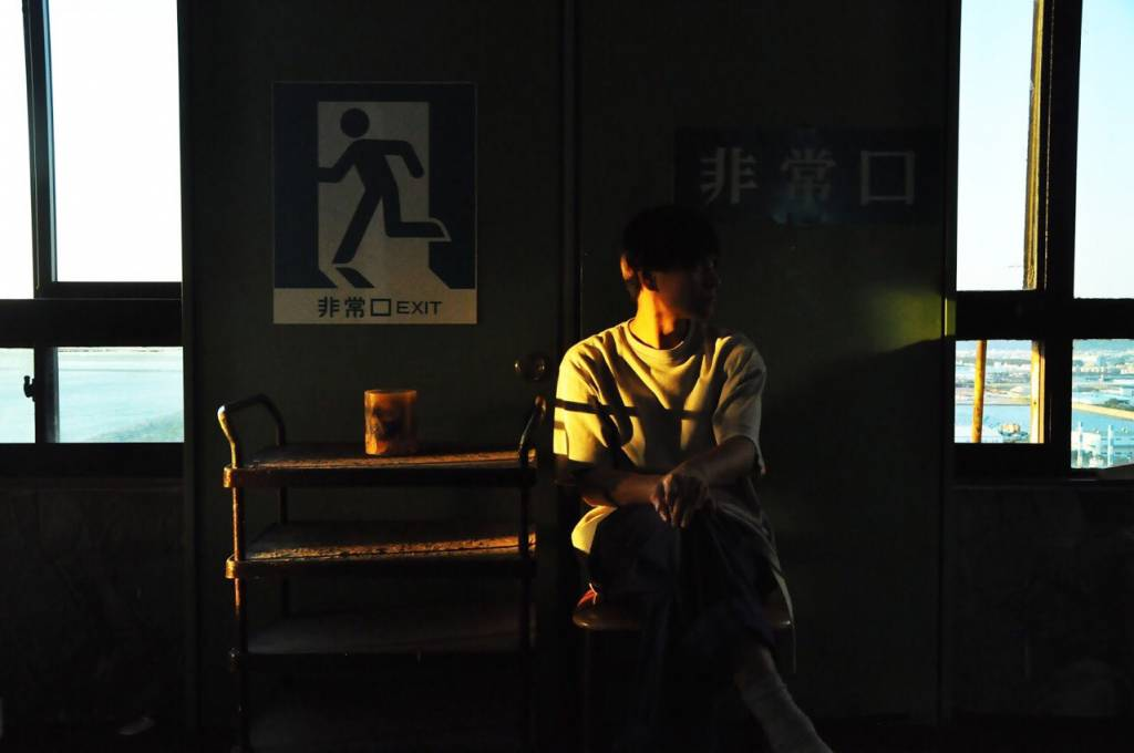 ベンチに座る和田寛司さん